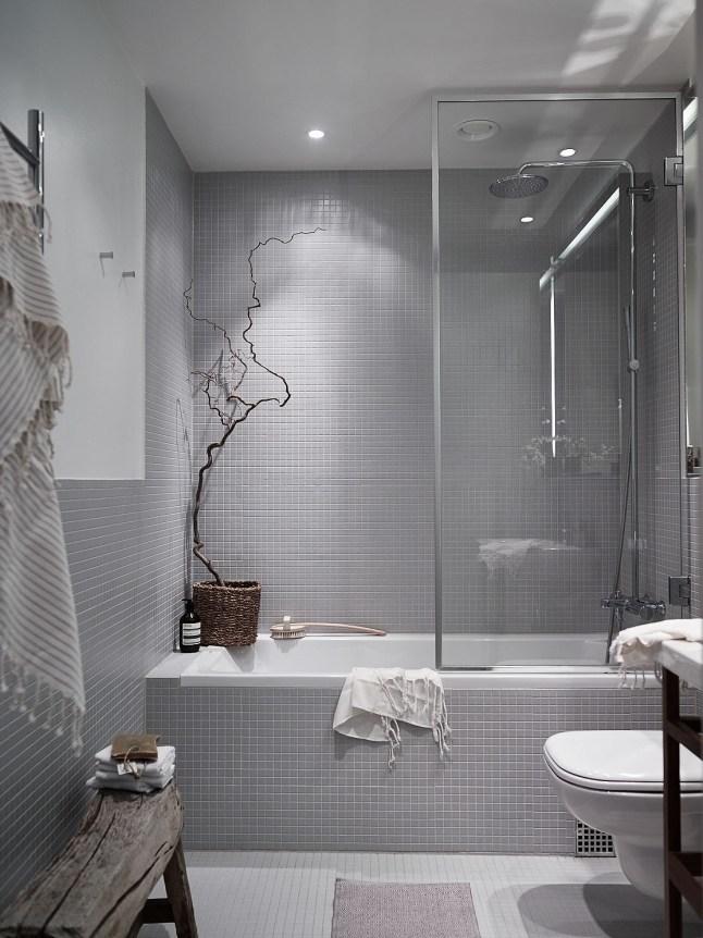 Серая нейтральная ванная комната.