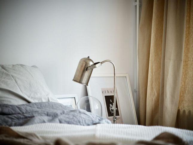 Стильная настольная лампа из нержавейки в стиле лофт в качестве прикроватного светильника.