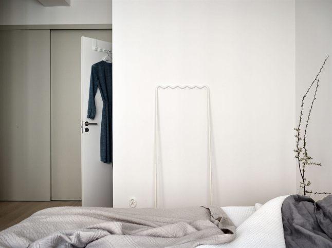 В спальне нашлось место для вместительного гардероба.