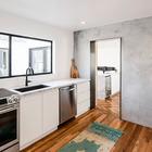 Окно во двор существенно разнообразит приготовление пищи и мытье посуды. (минимализм,архитектура,дизайн,экстерьер,интерьер,дизайн интерьера,мебель,кухня,дизайн кухни,интерьер кухни,кухонная мебель,мебель для кухни)