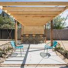 Пергола на заднем дворе с балом на свежем воздухе. (минимализм,архитектура,дизайн,экстерьер,интерьер,дизайн интерьера,мебель,на открытом воздухе,патио,балкон,терраса)
