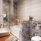 Скандинавские принты на кафельной плитке существенно разнообразят серый интерьер ванной. (квартиры,апартаменты,мебель,интерьер,дизайн интерьера,скандинавский,ванна,санузел,душ,туалет,дизайн ванной,интерьер ванной,сантехника,кафель)