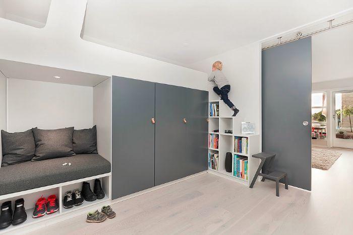 Книжные шкафы и приставная лестница позволяют забраться на кровать.