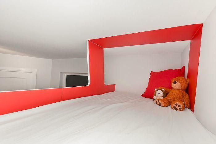 Кровать над шкафом.