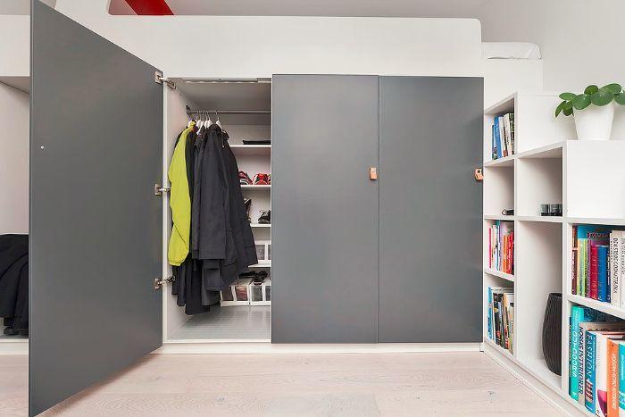 Под спальным местом расположен вместительный гардероб.