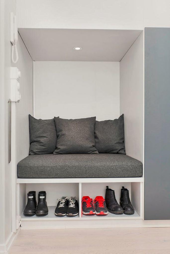 Встроенный диванчик для обувания с полкой для обуви.