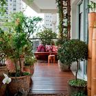 Балкон в городской квартире также может быть оформлен в средиземноморском стиле.