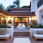 Элегантный и строгий дворик у дома в средиземноморском стиле.