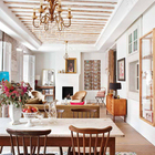 Эту террасу трудно отличить от комнаты в доме. При закрытых ставнях ее можно считать комнатой. (на открытом воздухе,патио,балкон,терраса,средиземноморский,архитектура,дизайн,экстерьер,мебель)