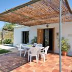 Не беда если нет дорогой мебели. Средиземноморскую атмосферу можно создать кафельной плиткой на полу, цветами в вазонах и бамбуковой крышей защищающей от солнца.