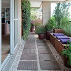 Терраса в многоэтажном доме. Зелень, гравий, деревянные дорожки и скамья с подушками создают нужную атмосферу. (на открытом воздухе,патио,балкон,терраса,средиземноморский,архитектура,дизайн,экстерьер,мебель)