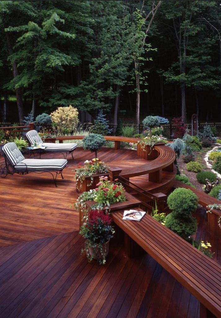 Аккуратная деревянная терраса.