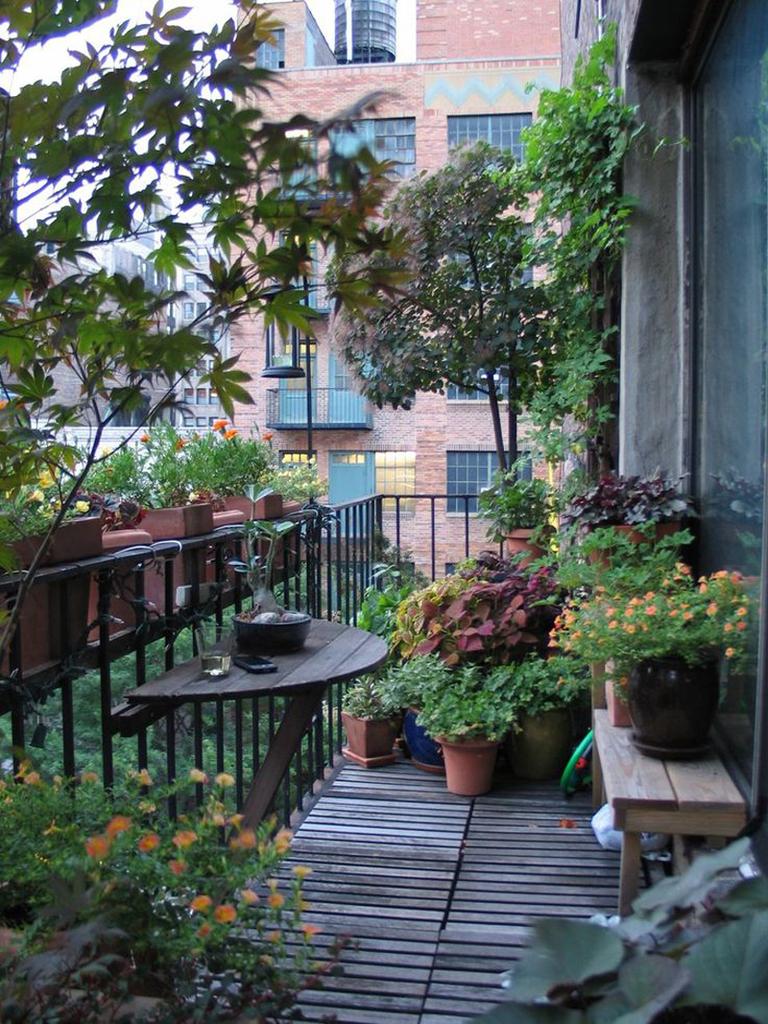 Даже на небольшом балконе можно создать средиземноморскую атмосферу.