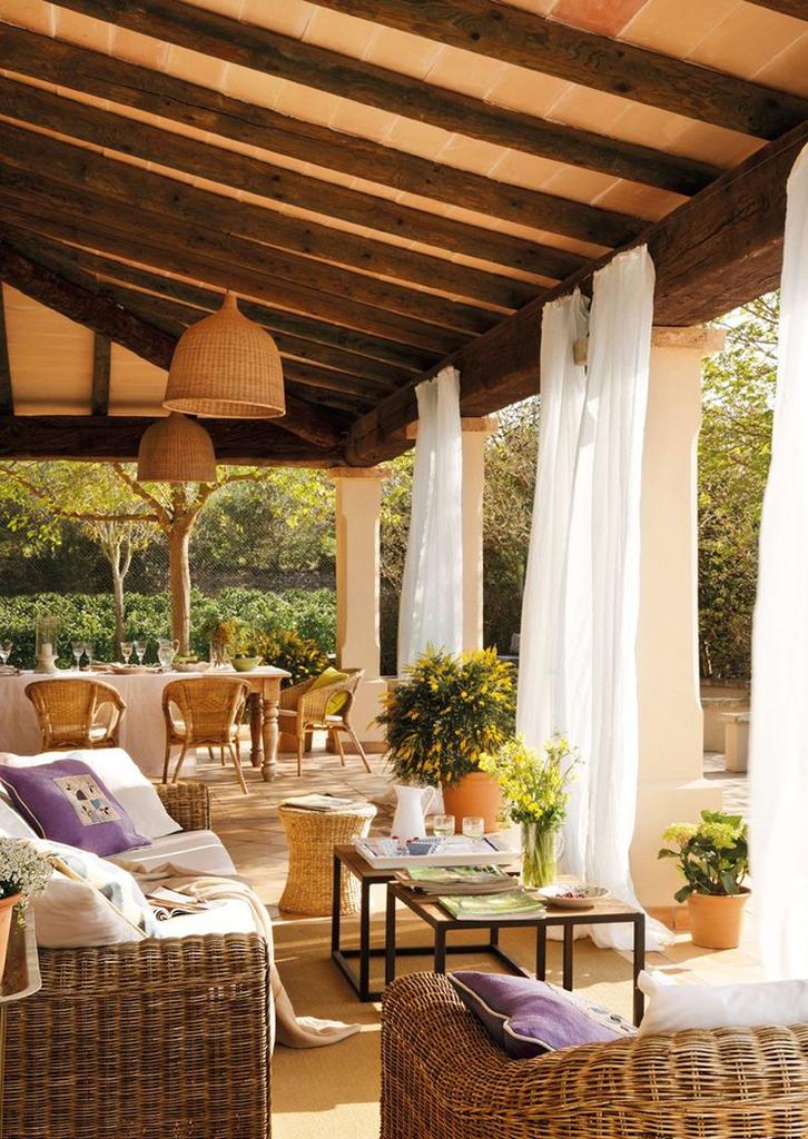 Гостиная на свежем воздухе. Легкие занавески призваны защитить от летнего зноя, но не препятствовать движению воздуха.