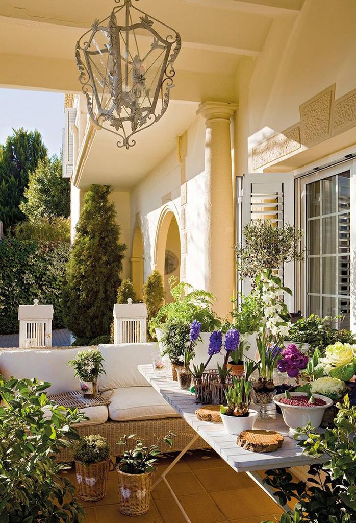 Плетеная мебель тоже подойдет для террасы в средиземноморском стиле.