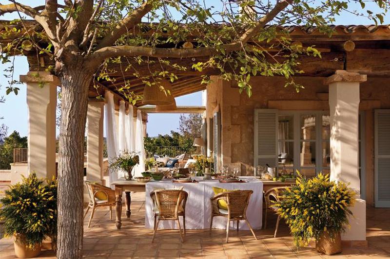 Терраса в средиземноморском образе жизни служит дополнительной комнатой на свежем воздухе. Это и столовая, и гостиная.
