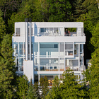 Четыре уровня дома имеют остекленный восточный фасад выходящий в сторону озера. (архитектура,дизайн,экстерьер,интерьер,дизайн интерьера,1950-70е,середина 20-го века,фасад)