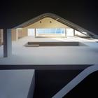 Окно в крыше впускает в дом еще больше света и является разделителем общественной и приватной частей дома.