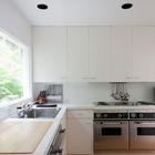 Простая элегантная и стильная кухня в белых цветах с вкраплениями нержавейки. (архитектура,дизайн,экстерьер,интерьер,дизайн интерьера,1950-70е,середина 20-го века,кухня,дизайн кухни,интерьер кухни,кухонная мебель,мебель для кухни)