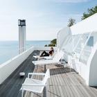 Просторная терраса на крыше дома располагает к расслабленному отдыху на солнце.