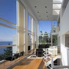 Ричард Мейер используя большие окна впустил максимум природы, леса и озера внутрь дома.