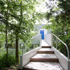 Вход в дом с восточной стороны здания, со стороны дороги. (архитектура,дизайн,экстерьер,интерьер,дизайн интерьера,1950-70е,середина 20-го века,лестница,вход,прихожая,фасад)