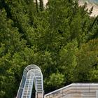 Вид с верхней террасы на склон, лес и пляж.