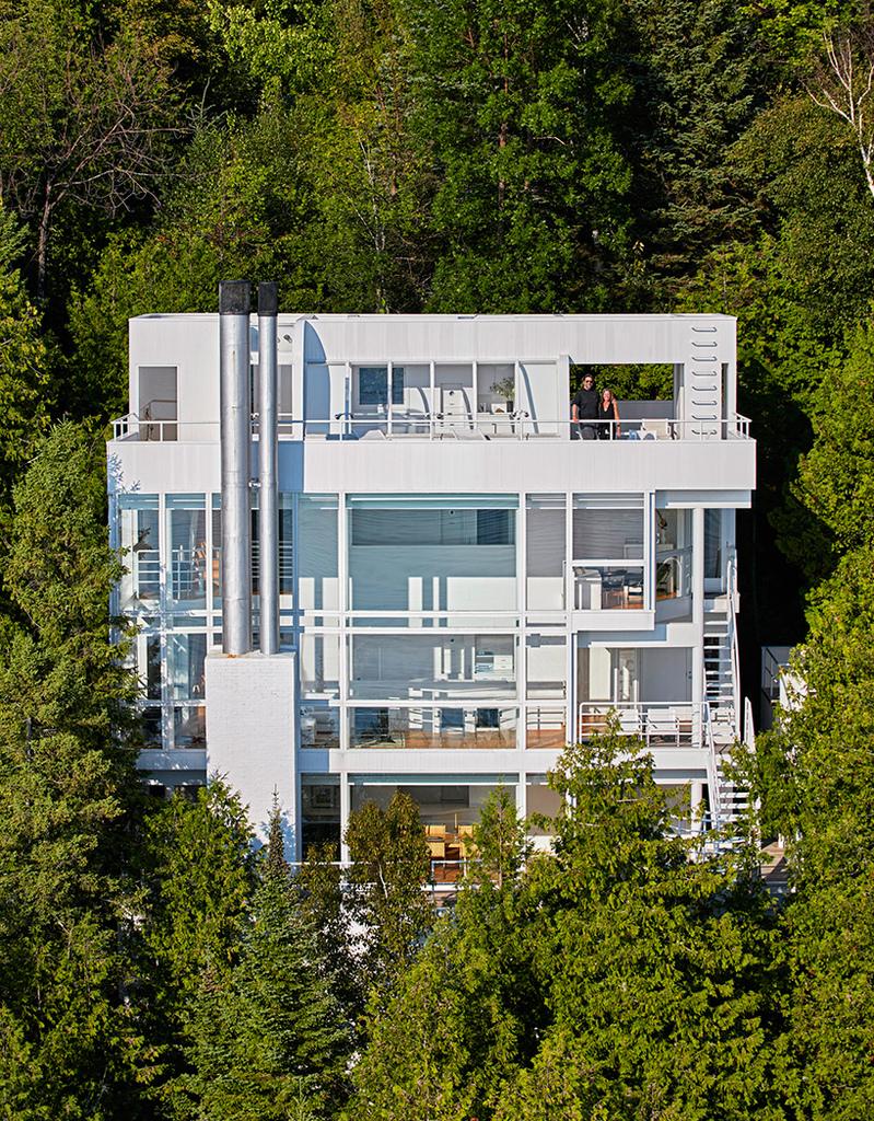 Четыре уровня дома имеют остекленный восточный фасад выходящий в сторону озера.