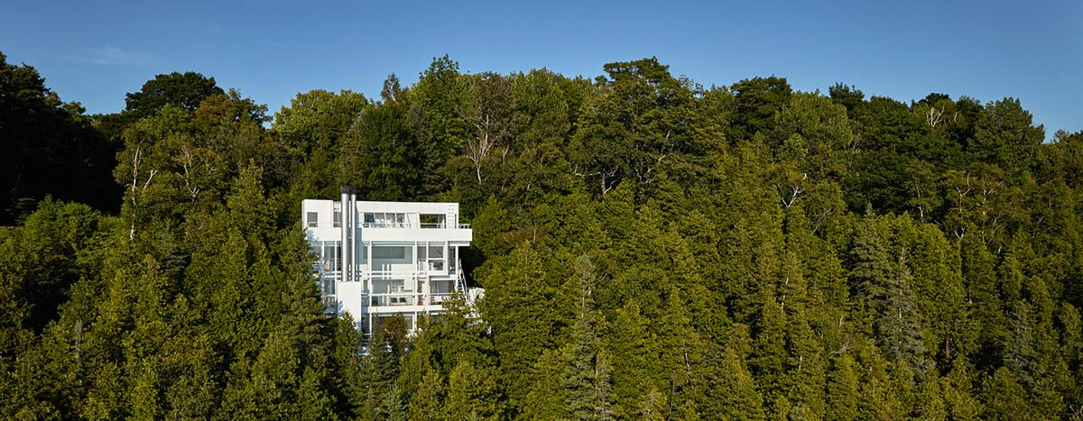 Дом имеет характерный для домов Мейера белый цвет и выполнен из железобетона и стекла.