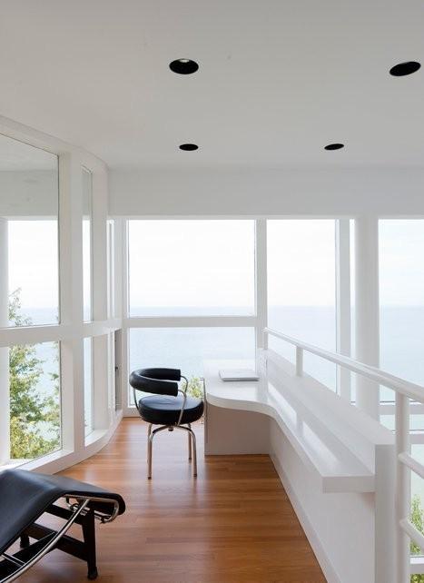 Домашний офис является открытым пространством, а вид на озеро через большие окна способствует хорошему настроению и креативной работе.