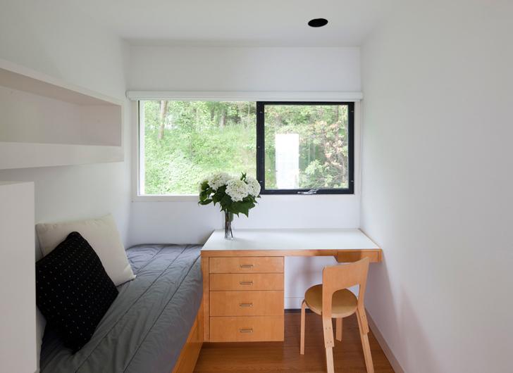 Небольшая спальня в приватной части дома.