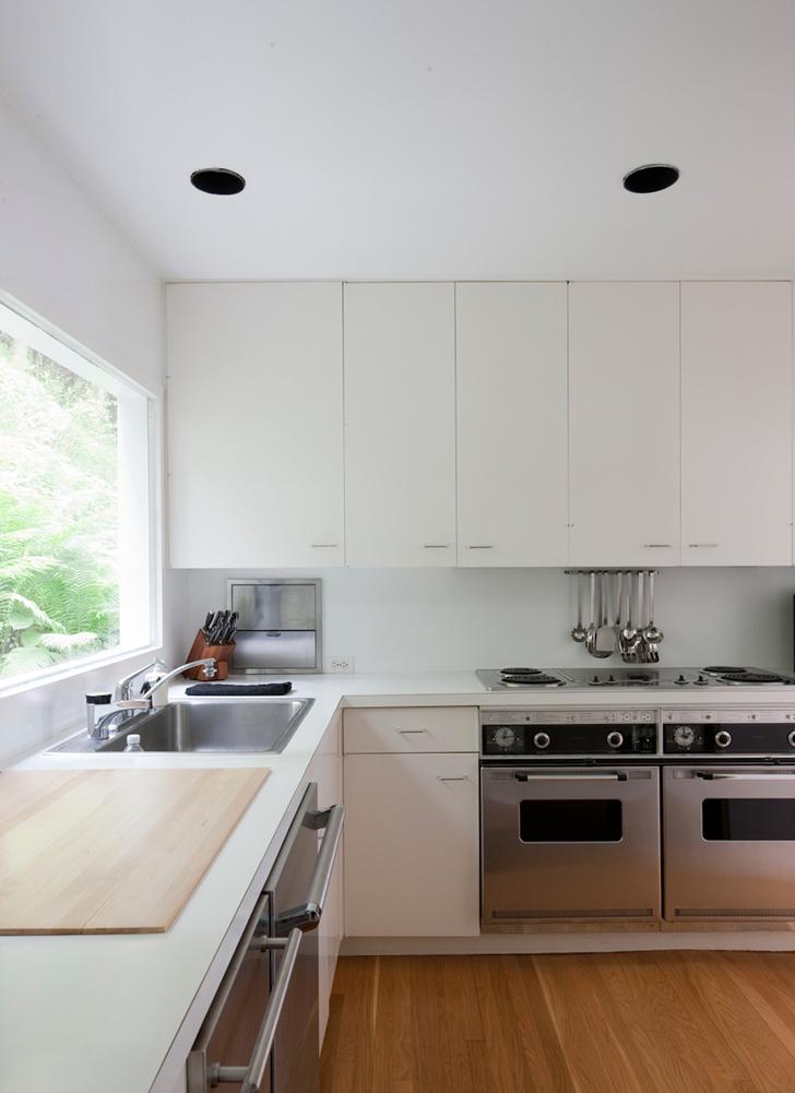 Простая элегантная и стильная кухня в белых цветах с вкраплениями нержавейки.