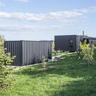 Дом и мастерская расположились на склоне холма как два черных блока. (индустриальный,лофт,винтаж,стиль лофт,индустриальный стиль,минимализм,современный,архитектура,дизайн,экстерьер,интерьер,дизайн интерьера,мебель)