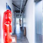 Коридор служит выставочным залом для скульптур. (индустриальный,лофт,винтаж,стиль лофт,индустриальный стиль,минимализм,современный,архитектура,дизайн,экстерьер,интерьер,дизайн интерьера,мебель)