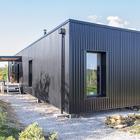 Жилой модуль дома из контейнера установлен на столбах. (индустриальный,лофт,винтаж,стиль лофт,индустриальный стиль,минимализм,современный,архитектура,дизайн,экстерьер,интерьер,дизайн интерьера,мебель)