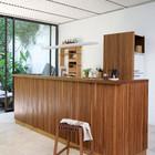 Кухня является частью гостиной и смотрится как барная стойка. (1950-70е,середина 20-го века,медисенчери,медисенчери модерн,интерьер,дизайн интерьера,мебель,маленький дом,кухня,дизайн кухни,интерьер кухни,кухонная мебель,мебель для кухни)