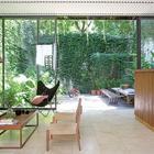 Несмотря на малую площадь участка дом окружают зеленые дворики.
