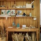 Стол и полки с рабочими материалами. (1950-70е,середина 20-го века,медисенчери,медисенчери модерн,интерьер,дизайн интерьера,мебель,маленький дом,домашний офис,офис,мастерская)