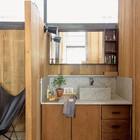 Умывальник вынесен из ванной комнаты, как это часто можно видеть в японских домах. (1950-70е,середина 20-го века,медисенчери,медисенчери модерн,интерьер,дизайн интерьера,мебель,маленький дом,ванна,санузел,душ,туалет,дизайн ванной,интерьер ванной,сантехника,кафель)