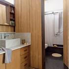 Ванная комната с душем и туалетом, умывальник вынесен наружу, что позволяет разгрузить ванную комнату по утрам.