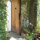 Вход во двор прикрыт деревянным экраном, чтоб не нарушать приватности.