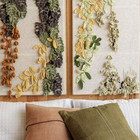 Вязаный крючком растительный декор над кроватью. (1950-70е,середина 20-го века,медисенчери,медисенчери модерн,интерьер,дизайн интерьера,мебель,маленький дом,спальня,дизайн спальни,интерьер спальни)