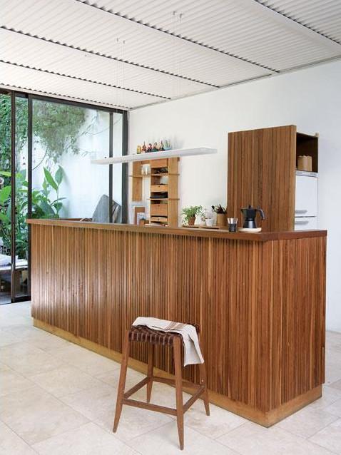 Кухня является частью гостиной и смотрится как барная стойка.
