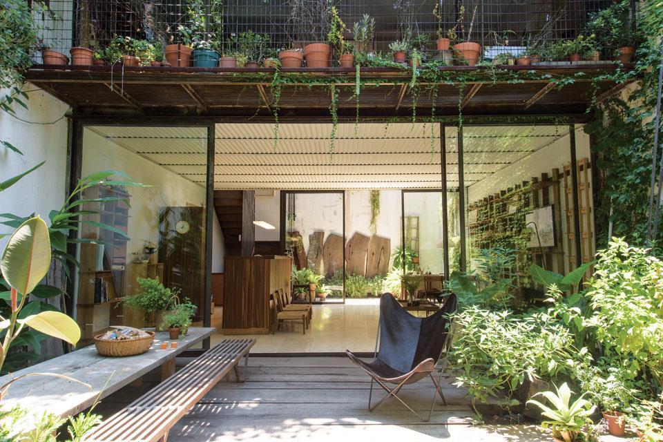Террасы расположены с обоих сторон дома, а гостиная легко продувается при открытых стеклянных перегородках.