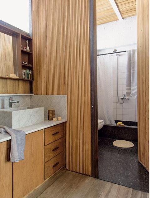 Ванная комната с душем и туалетом, умывальник вынесен наружу, что позволяет разгрузить ванную комнату по утрам