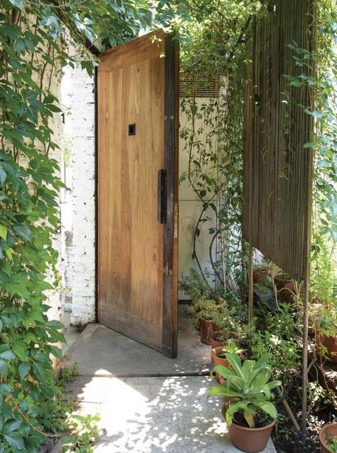 Вход во двор прикрыт деревянным экраном, чтоб не нарушать приватности