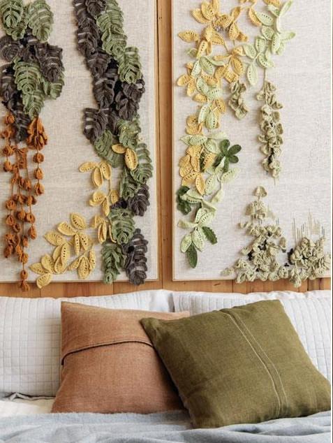 Вязаный крючком растительный декор над кроватью.