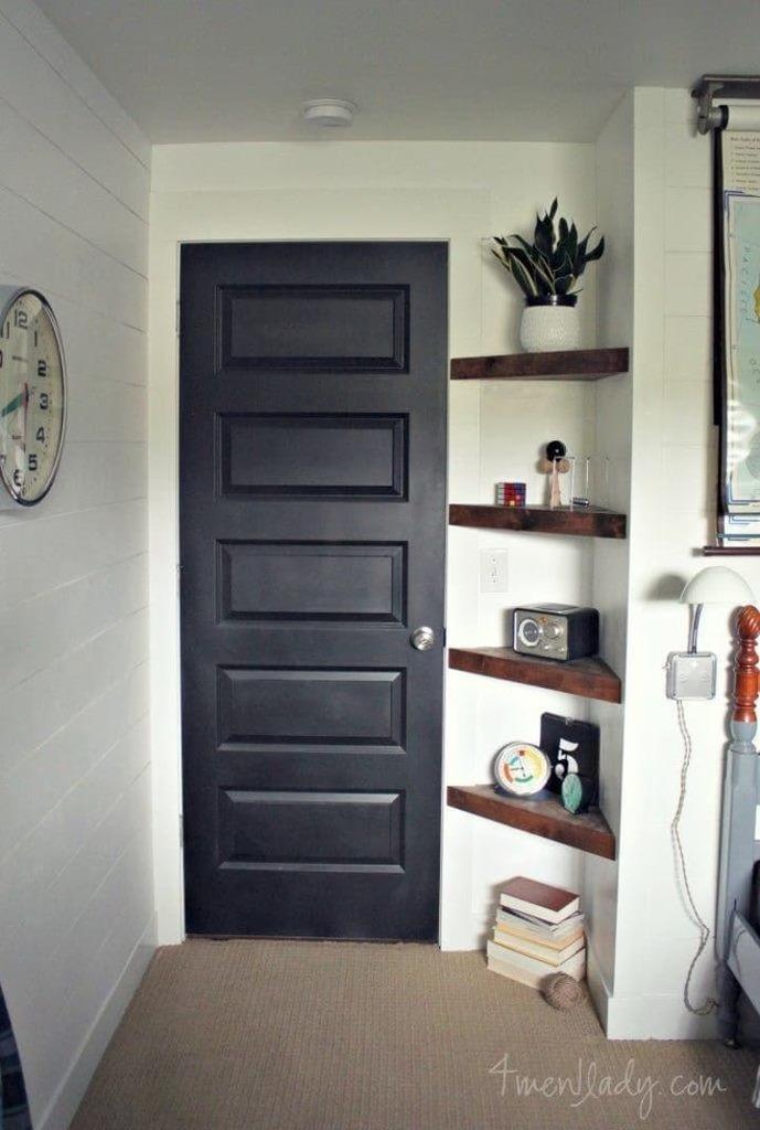 Даже если угол слишком мал для обычных полок, то угловые могут стать весьма удобным местом хранения для мелочей.