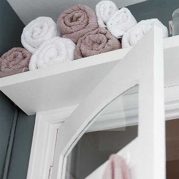 Добавив полку или шкаф над дверью можно получить немного дополнительного места в любой комнате.