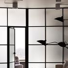 Матовая стеклянная стенка разделяет спальню и гостиную. Она пропускает много света от окон в спальне, одновременно не нарушая ее приватности.